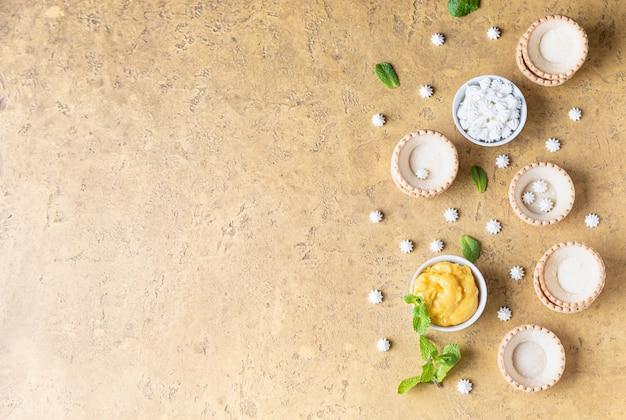 Leere shortbread-törtchen lemon curd mini baiser und minze prozess zur herstellung von dessert