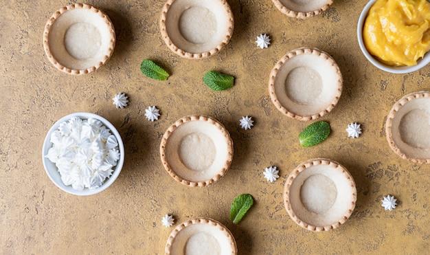 Leere shortbread-törtchen lemon curd mini-baisers und minze-prozess machen dessert