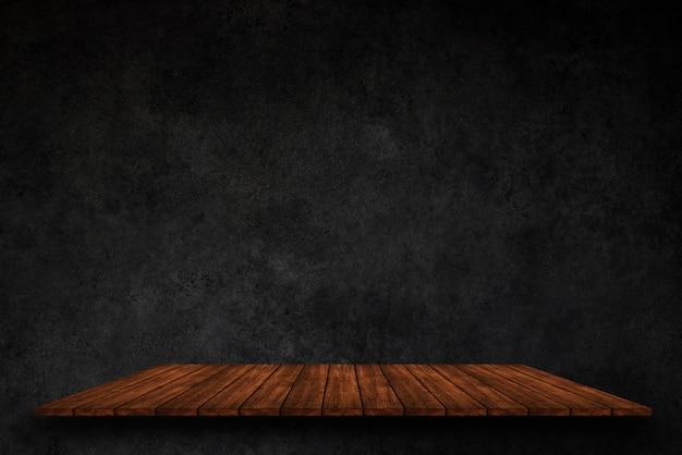 Leere spitze von hölzernen regalen auf dunklem betonmauerhintergrund