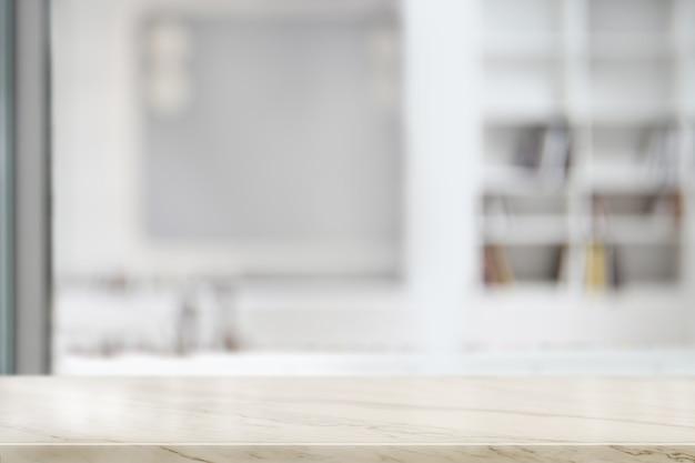 Leere spitzenmarmortabelle im wohnzimmer. zur montage von produkten.