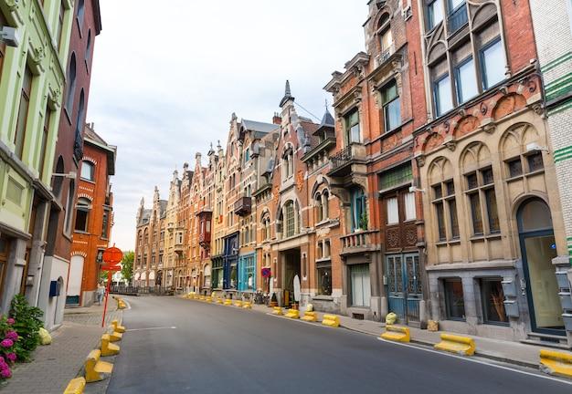 Leere straße, alte gebäudefassaden, alte europäische stadt.