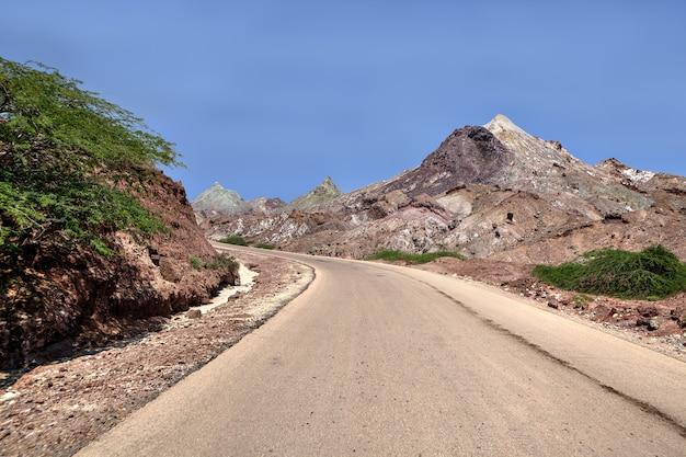 Leere straße im verlassenen bereich, hormuz island, iran.