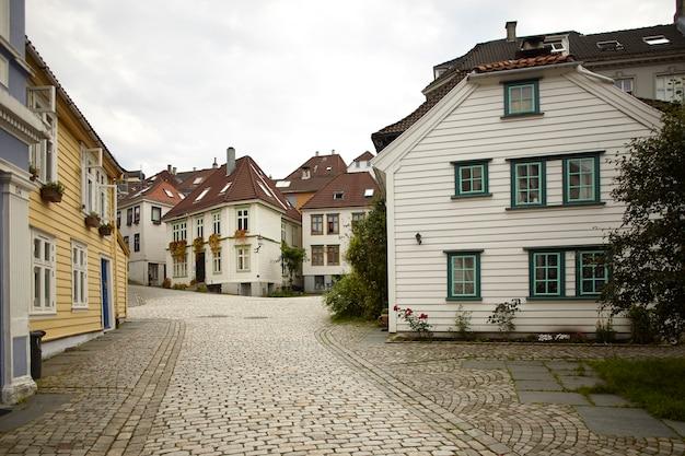 Leere straße mit traditioneller architektur