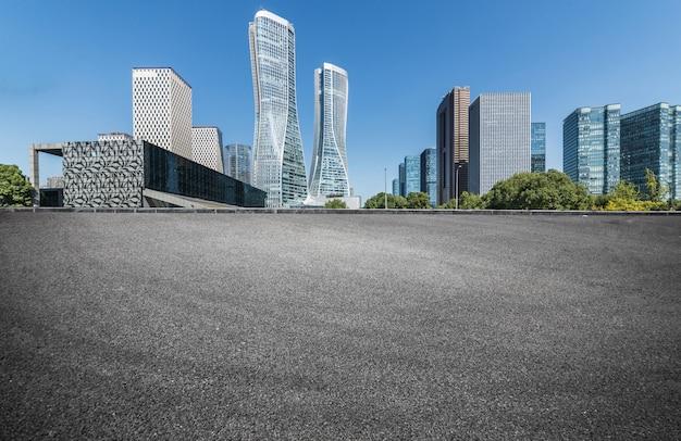 Leere straßenbodenfläche mit modernen stadtmarksteingebäuden in china