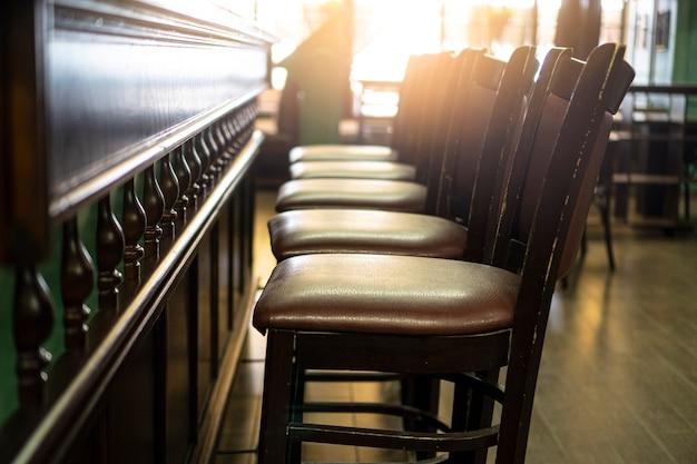 Leere stühle in der bar. bleiben sie im quarantänekonzept zu hause. geschlossener pub-hintergrund.
