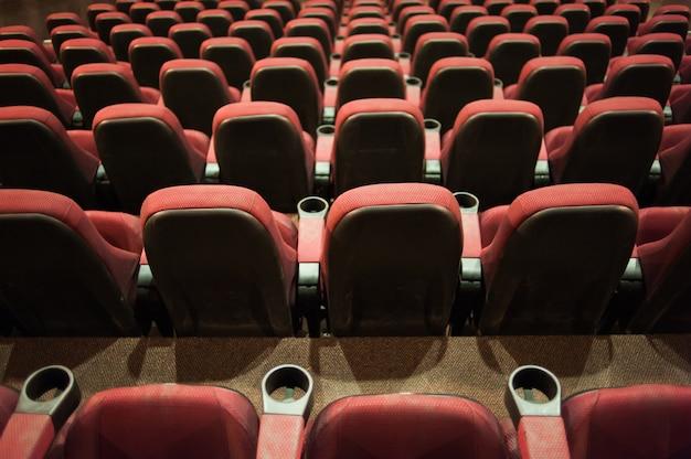 Leere stühle in einem kino mit einem leeren bildschirm