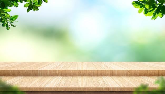 Leere stufenplanke holz tischplatte mit unschärfe baum im park mit bokeh licht hintergrund und blätter vordergrund