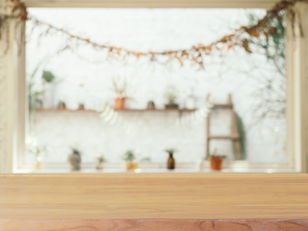 Leere tabellenunschärfe des hölzernen brettes im caféhintergrund.
