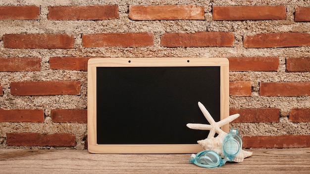 Leere tafel auf schreibtisch holz und backsteinmauer, schalentiere und tauchergläser kopieren platz für ihren text oder entwurf. vorderansicht