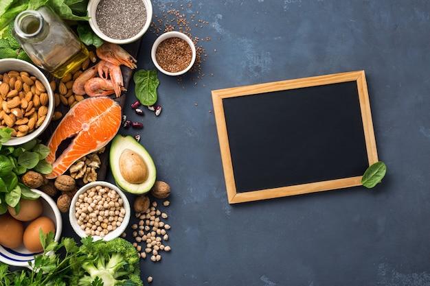 Leere tafel für ihren text mit nahrungsquellen für omega-3-fettsäuren und gesunde fette.