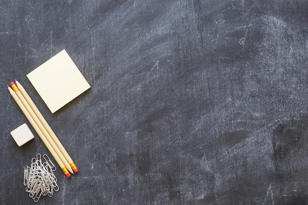 Leere tafel mit briefpapier