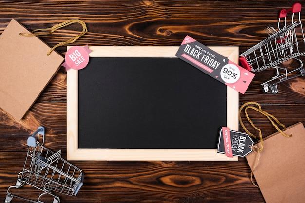 Leere tafel mit schwarzer freitag-fahne