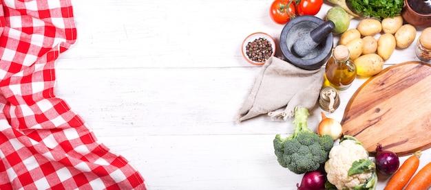 Leere tafel mit verschiedenen produkten zum kochen auf holztisch. draufsicht mit kopierraum, banner