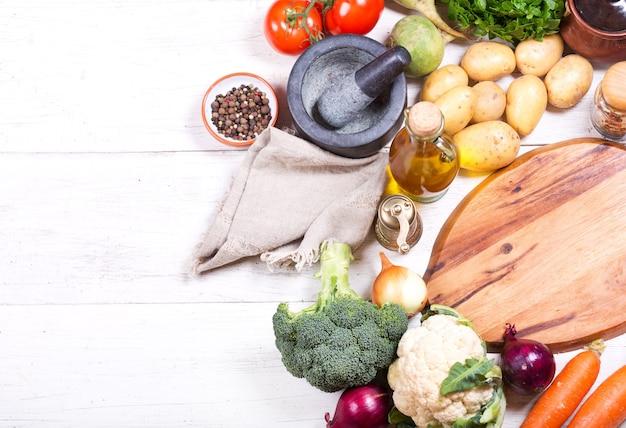 Leere tafel mit verschiedenen produkten zum kochen auf holztisch