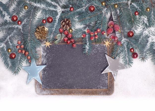 Leere tafel mit weihnachtsdekorationen auf schnee, raum