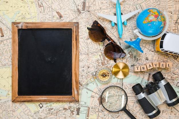Leere tafel neben reiseelementen
