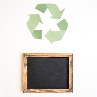 Leere tafel und recycling-zeichen