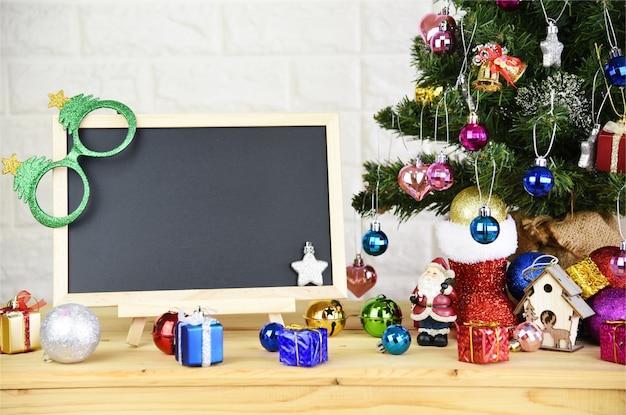 Leere tafel und weihnachtsbaum hintergrund und 2019 happy new year
