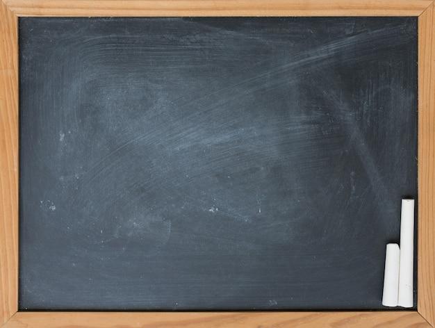 Leere tafel, weißer kreidehintergrund, draufsicht