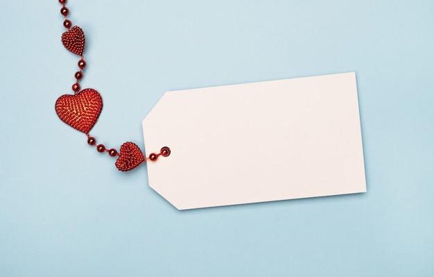 Leere tag-karte für text mit roten herzen.