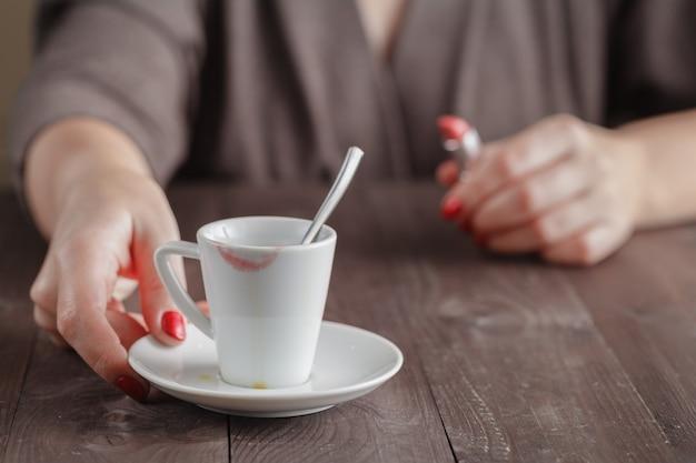 Leere tasse kaffee mit lippenstiftspuren
