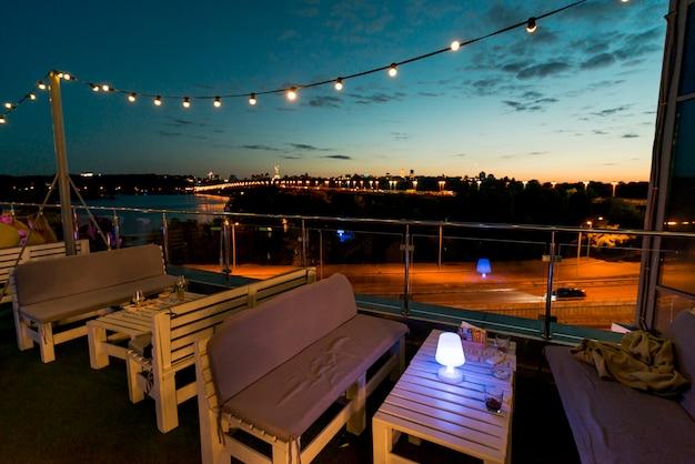 Leere terrasse auf einem sonnenunterganghintergrund