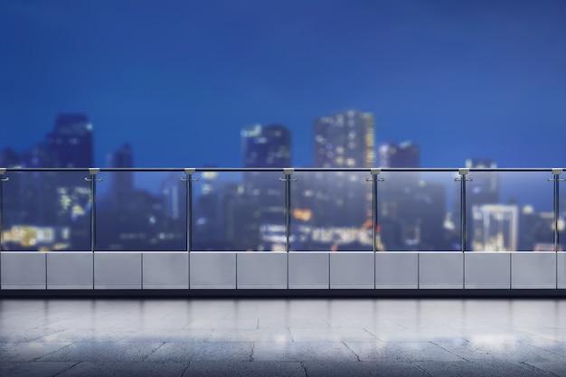 Leere terrasse des modernen bürohauses