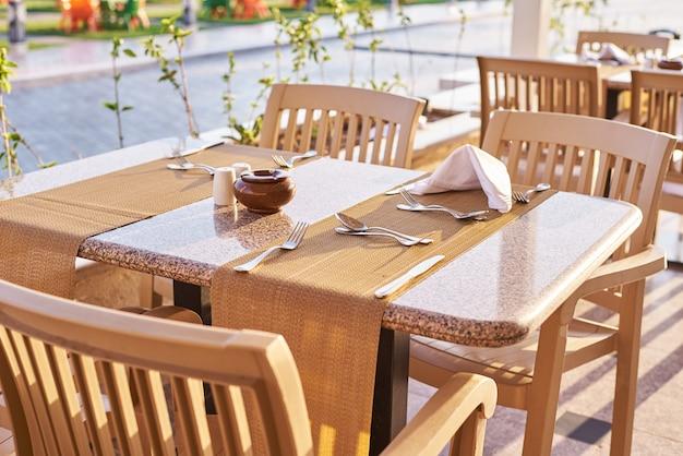 Leere terrasse mit einem tisch und stühlen im freien