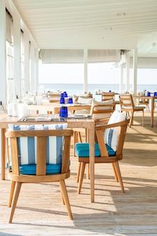 Leere tisch und stuhl dekoration im restaurant