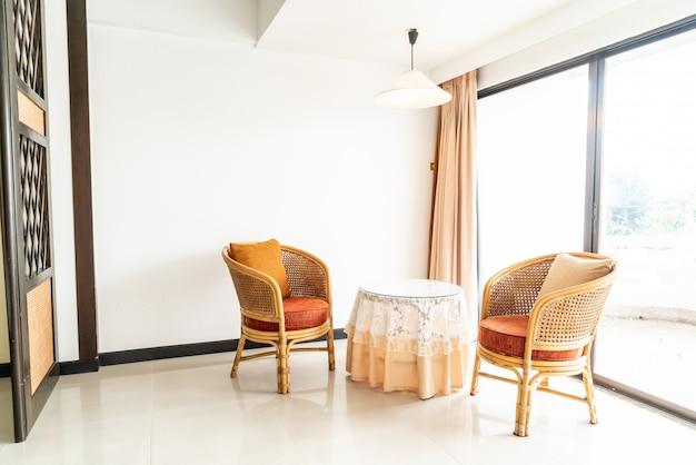 Leere tisch- und stuhldekoration im wohnzimmer