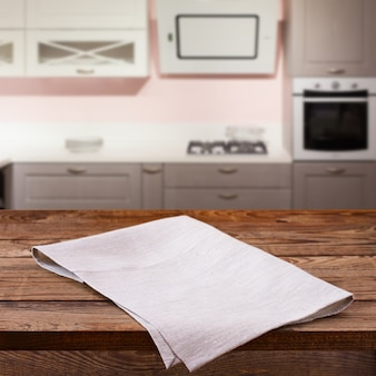 Leere tischdecke auf holzdeck im kücheninneren