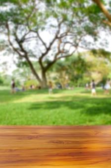 Leere tischplatte aus holz auf unscharfem hintergrund