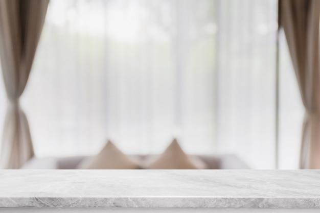 Leere tischplatte aus weißem marmor und verschwommenes interieur zu hause mit vorhangfenster
