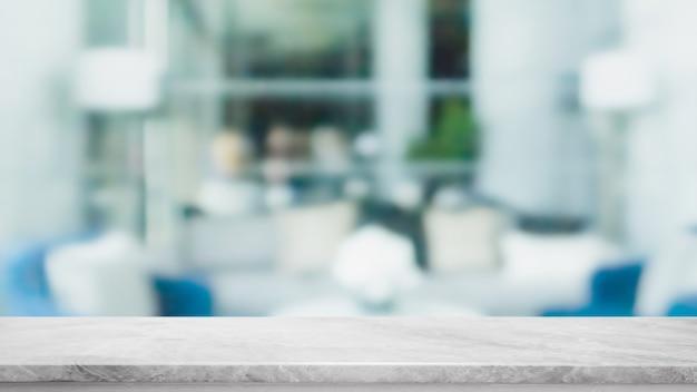 Leere tischplatte aus weißem marmorstein und verschwommenes glasfenster-innenrestaurant-banner verspotten abstrakten hintergrund - können für anzeige oder montage ihrer produkte verwendet werden.