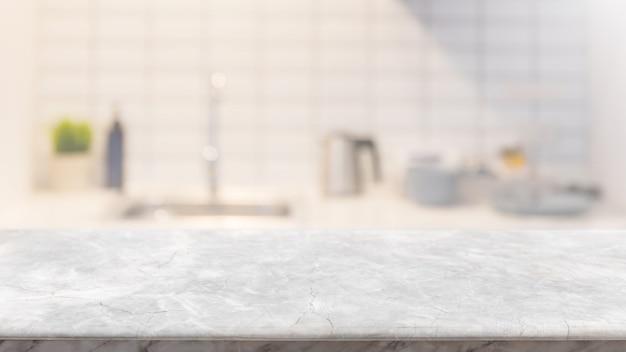 Leere tischplatte aus weißem marmorstein und verschwommenes kücheninterieur