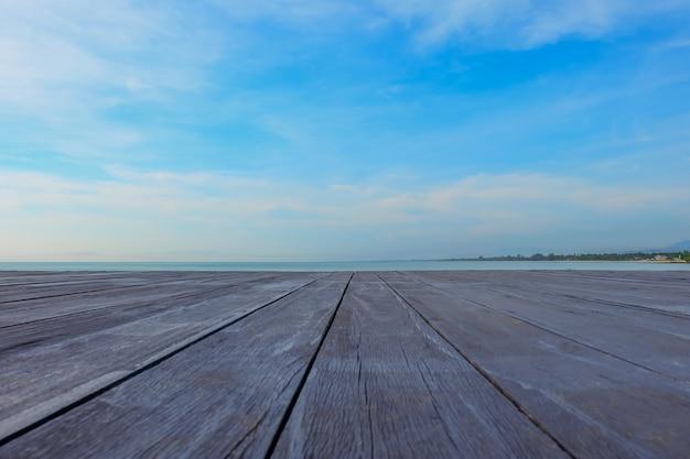 Leere tischplatte des alten hölzernen brettes auf strandhintergrund.