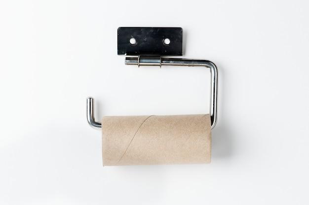 Leere toilettenpapierrolle auf einem halter