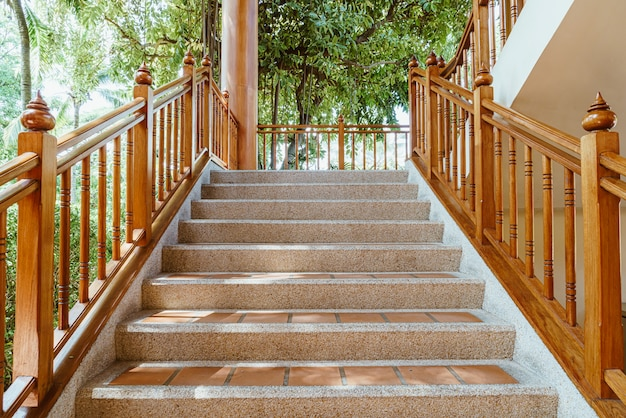 Leere treppenstufe mit holzgeländer