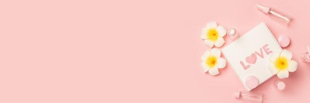 Leere tuben für kosmetika, blumen und eine geschenkbox mit dem text