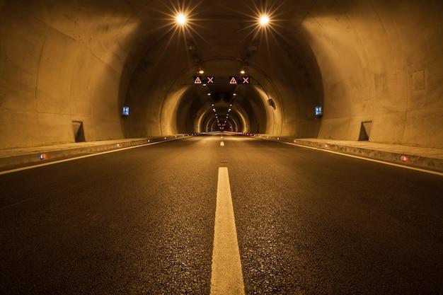 Leere tunnel beleuchtet