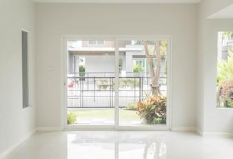 Leere Tür im Wohnzimmer Innenraum Hintergrund