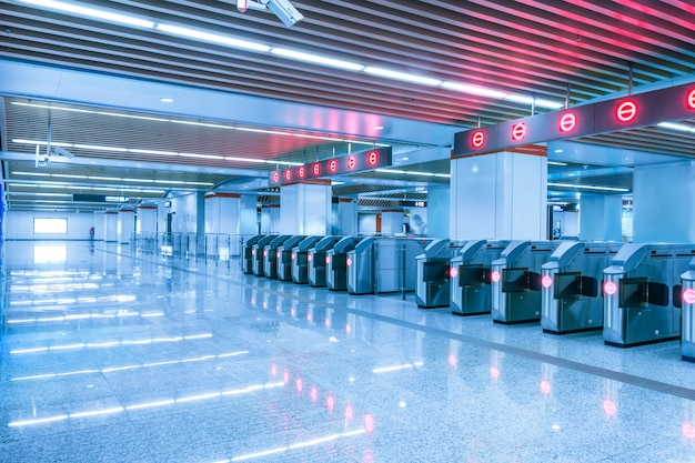 Leere u-bahn-station mit roten lichtern