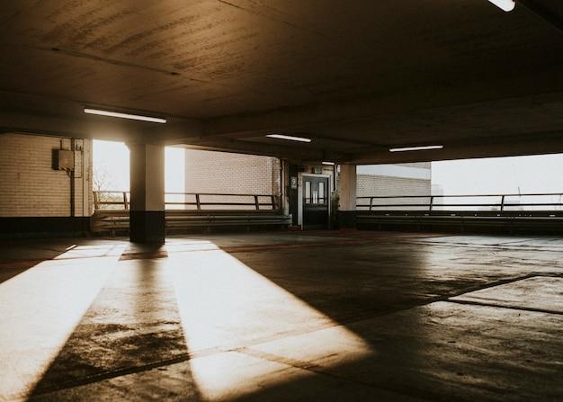 Leere überdachte parkplätze während der coronavirus-pandemie in großbritannien