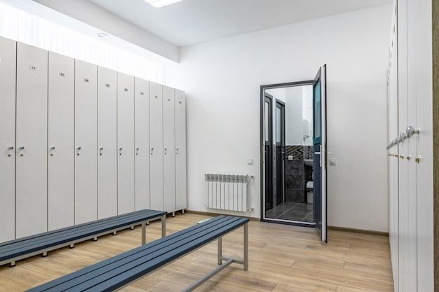 Leere umkleidekabine in einem fitnessstudio, niemand