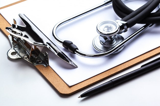 Leere verordnung, die auf tabelle mit stethoskop liegt