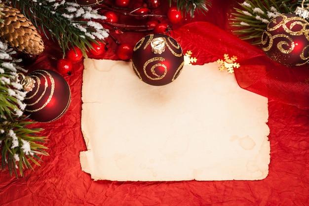 Leere vintage-papier gerahmte christbaumschmuck auf rot
