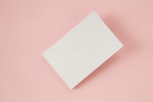Leere visitenkarte auf rosa hintergrund