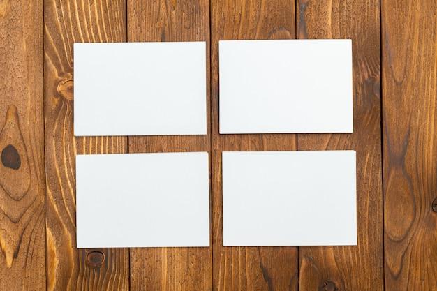 Leere visitenkarte auf schreibtisch, draufsicht