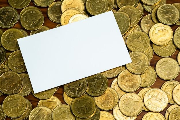 Leere visitenkarte mit stapel münzen