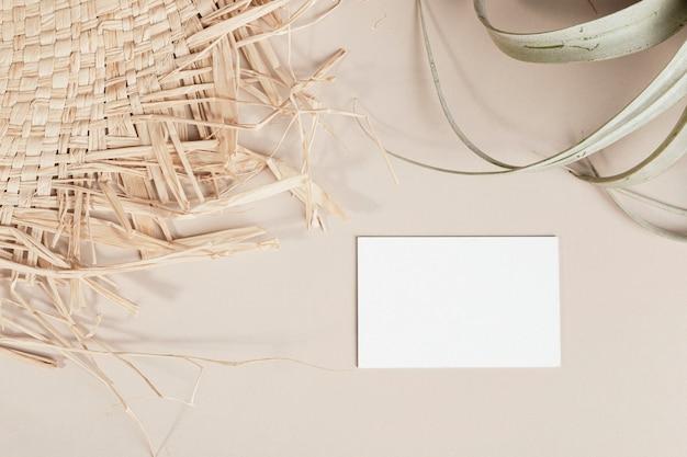 Leere visitenkarte verziert mit gewebtem und getrocknetem gras